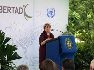 Bachelet critica política migr